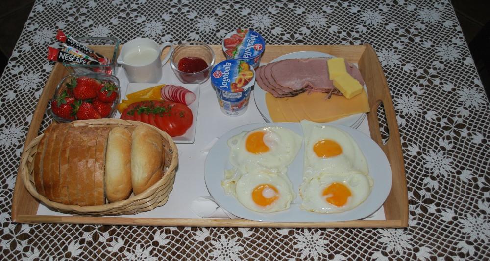 śniadanie z truskawkami